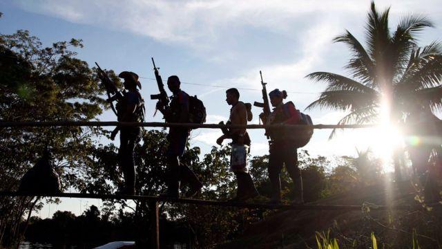 Tropa de las FARC patrulla la zona del Putumayo.