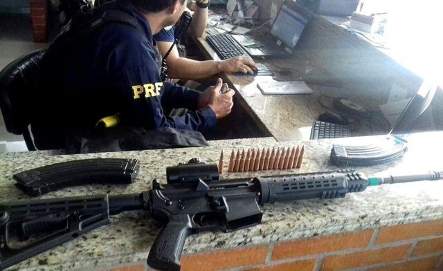 Uma das metralhadoras e paete da munição em posto da Polícia Rodoviária Federal brasileira