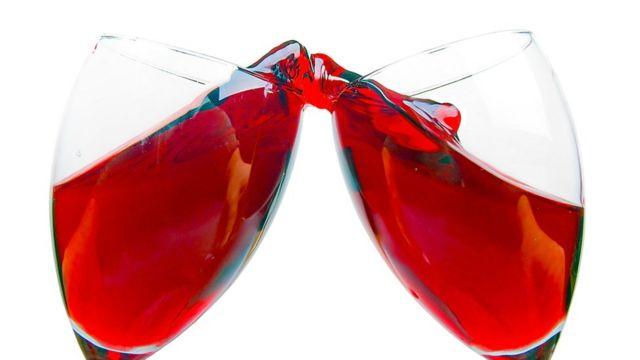 Brindis con vino rojo