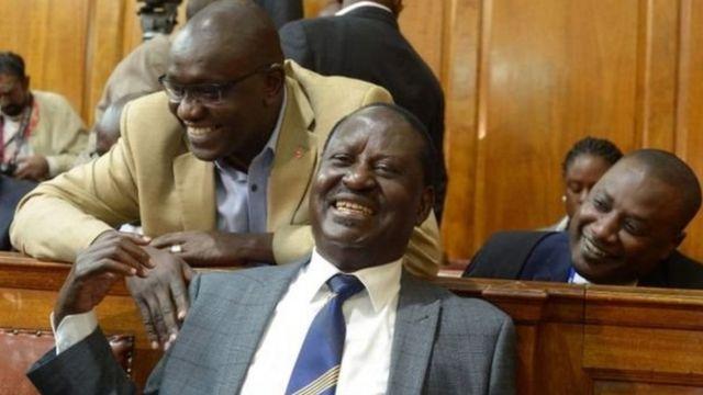 Raila Odinga akifurahia uamuzi wa mahakama uliofutilia mbali uchaguzi wa rais Uhuru Kenyatta