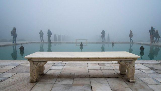 Personas visitando el Taj Mahal.