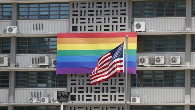 Bendera kubwa ya kujivunia maenzi y jinsia moja ikiwa kwenye ubalozi wa Marekani mjini Seoul iliondolewa Jumapili