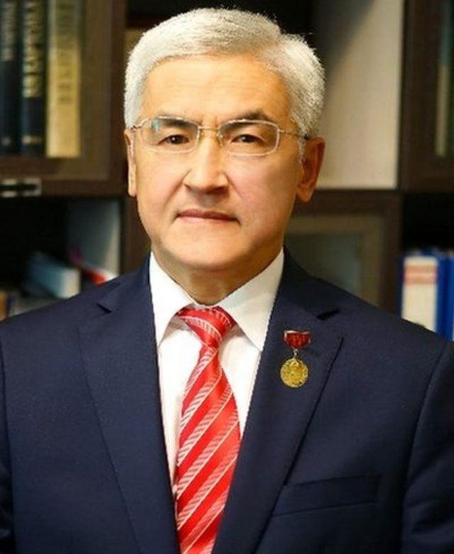Дөөлөтбек Бекиш уулу Сапаралиев - Бишкек гуманитардык университетинин кафедра башчысы, Кыргыз Республикасынын билим берүүсүнө эмгек сиңирген кызматкери, профессор.