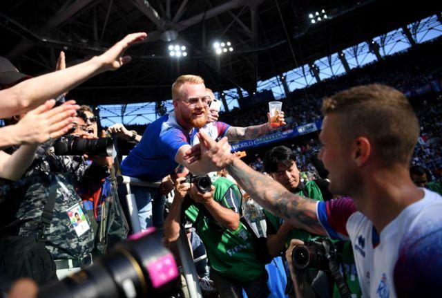 Jugadores y aficionaos se juntaron para celebrar un día histórico para Islandia.