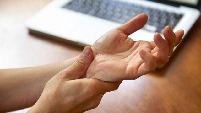 Foto de duas mãos, simbolizando dor na articulação dos punhos