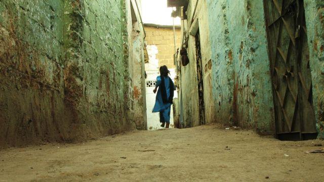 Imagem mostra criança de costas, correndo em uma rua estreia na Índia