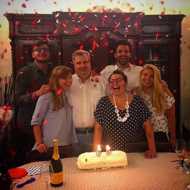 Enzo Favaloro (en el centro) rodeado de su familia.