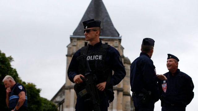 Полицейские у церкви в Нормандии