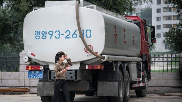 平壤某加油站内停放的油罐车(21/7/2017)