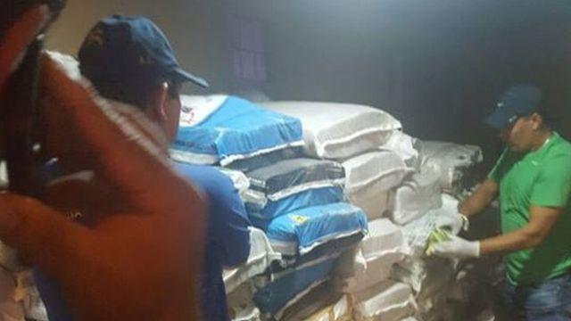 Policiais paraguaios abrindo os saco de dinheiro