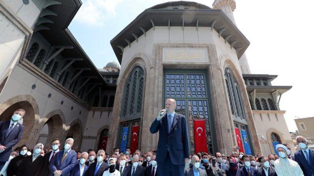 Madaxweyne Erdogan oo khudbad u jeedinayay dadkii ku tukunayay masaajidka