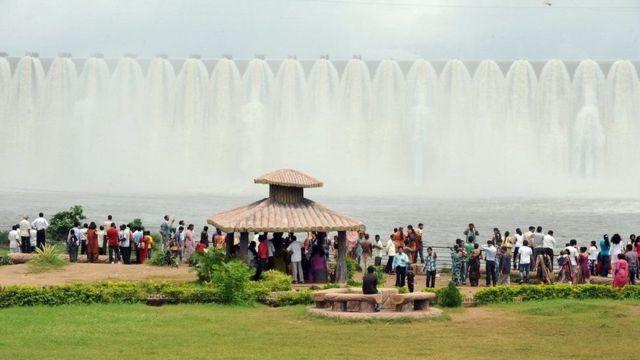 Tourists flock near Narmada Dam during monsoon season