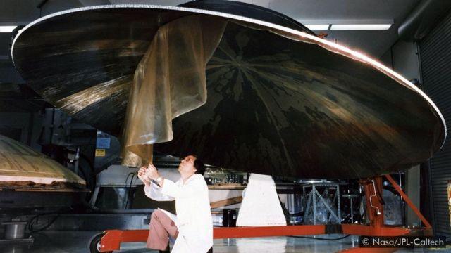 如一輛汽車大小的兩艘旅行者號航天器在1977年發射升空,現正從遠離太陽系的星際空間向地球發回探測數據。