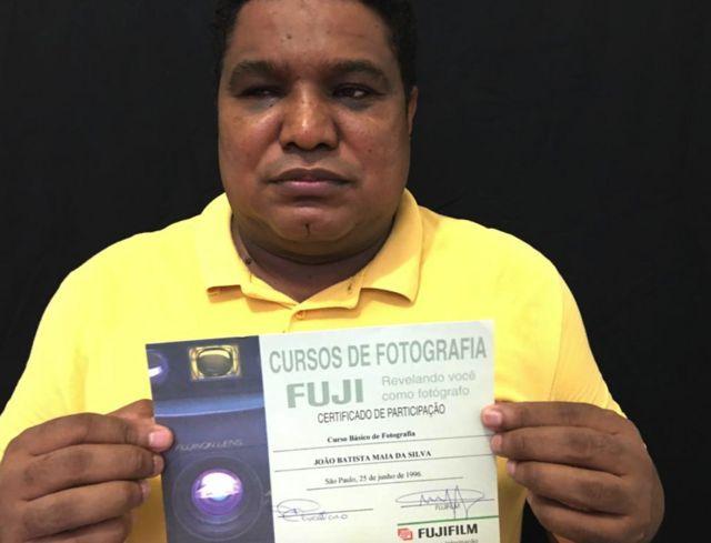 João Maia com certificado de curso de fotografia