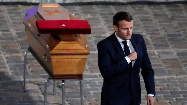 ادای احترام رئیس جمهوری فراسنه به تابوت معلم مقتول