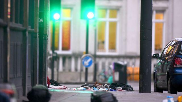 متعلقات شخصية مبعثرة على رصيف في موقع الحادث