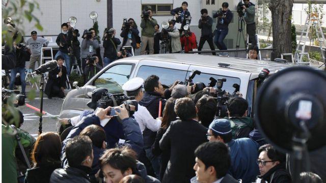 กองทัพสื่อมวลชนรุมถ่ายรูปรถตำรวจที่นำตัวนายชิไรชิไปสำนักงานอัยการในกรุงโตเกียววันนี้ (1 พ.ย.)