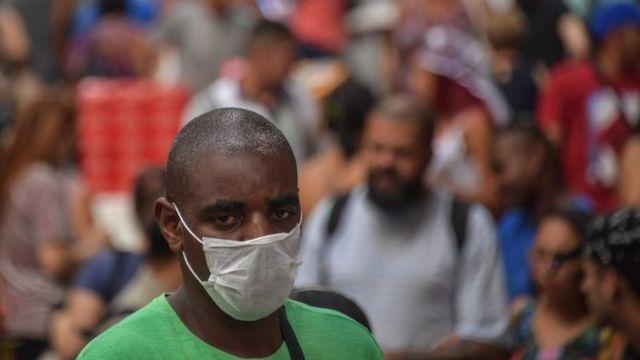 Homem com máscara na rua em São Paulo