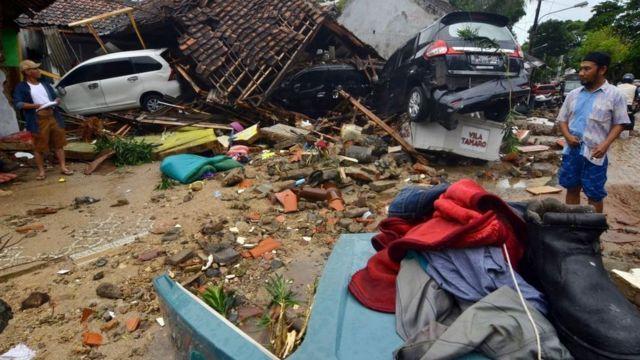 Bangunan rumah dan mobil porak poranda diterjang gelombang tsunami Sabtu (22/12).
