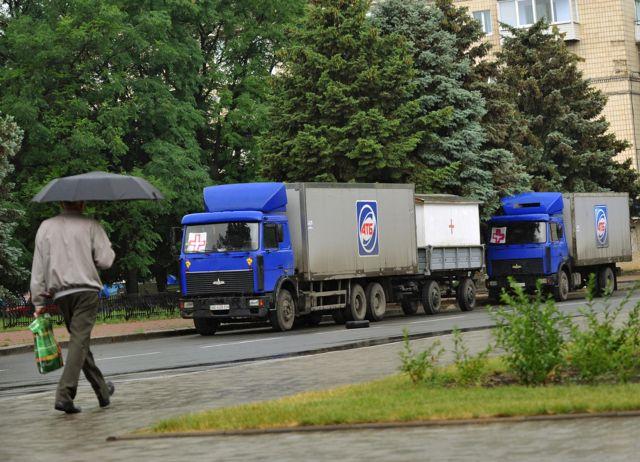 Рефрижераторы, к которым прикреплена медицинская атрибутика, а также фургоны. Волонтеры говорят, что этот транспорт использовался для перевозки тел погибших в Россию