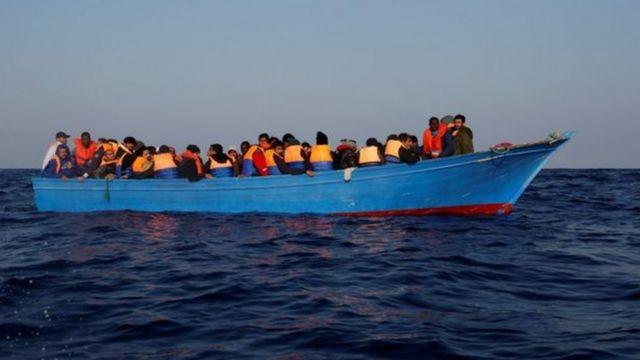 Ливиянын жээктеринде Африка өлкөлөрүнөн келе жаткан мигранттарды тарткан кайык оодарылып, кеминде 97 киши дайынсыз болууда