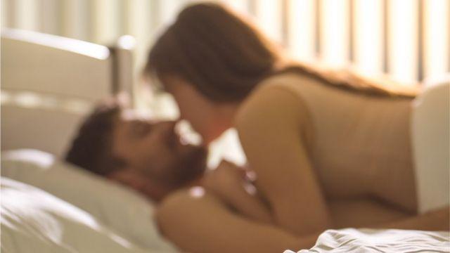 pareja joven en la cama