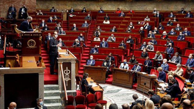 Jean Castex assiste à un débat avec des membres de l'Assemblée nationale française au Parlement à Paris, le 29 octobre 2020