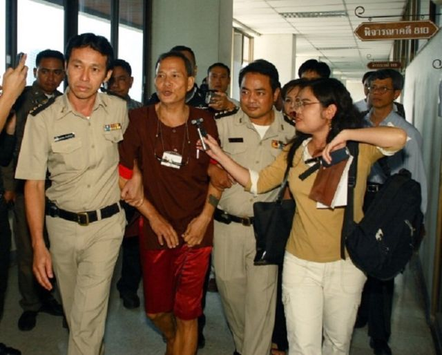 Lý Tống, lúc ấy 58 tuổi, được đưa từ nhà tù Thái Lan ra toà án, tháng 9/2006