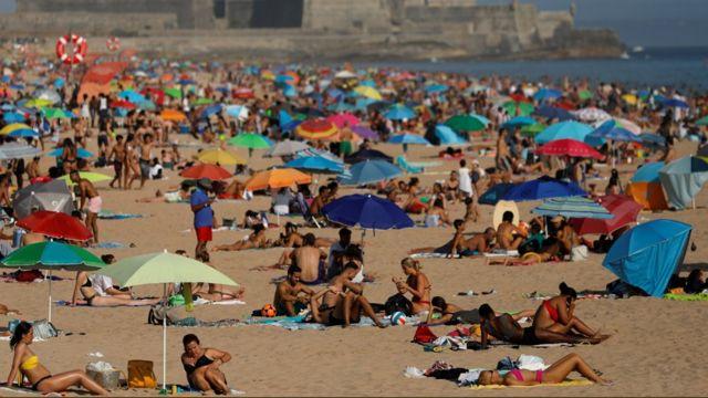 Praia de Carcavelos em Lisboa lotada