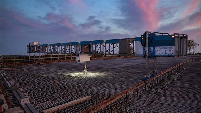 TyBot commence la construction de nuit sur un pont