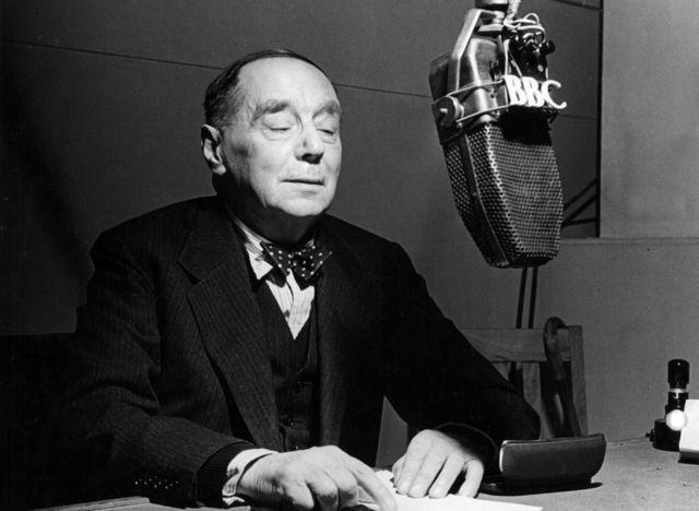 """H.G. Wells en un estudio de la BBC durante la inauguración de una serie de charlas titulada """"Reformando la herencia del hombre"""", el 15 de enero de 1943."""