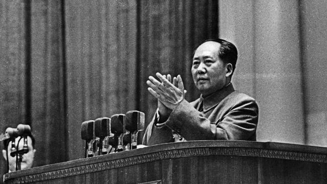 الزعيم الصيني ماو تسي دونغ صفق محييا مرحبين به.