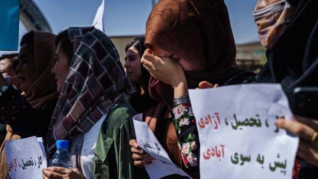 یک زن در تجمع اعتراضی علیه مردانه بودن دولت موقت طالبان گریه میکند