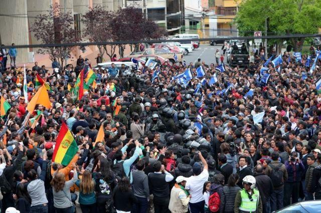 Bolivya'da düzenlenen devlet başkanlığı seçimlerinin sonuçları beklenirken iki güçlü aday Morales ve Mesa'nın taraftarları birbiriyle çatıştı