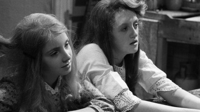 """Sarah Wright interpreta a Frances Griffiths y Linda Searle a Elsie Wright, en un programa de la BBC llamado """"Hadas""""."""