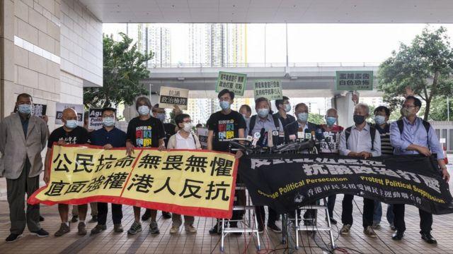 黎智英(左一)与六四案各被告在香港西九龙裁判法院外示威(18/9/2020)