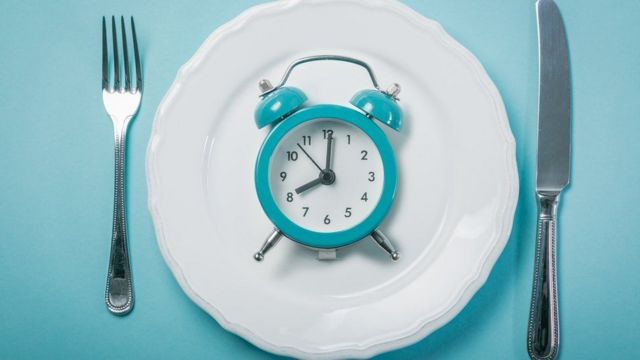 Relógio sobre prato
