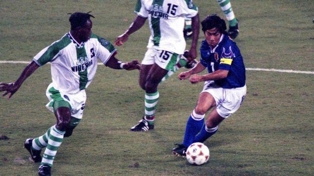 Masakio Maizuno de Japón se enfrenta a Taribo West de Nigeria durante el partido de fútbol del Grupo D de los Juegos Olímpicos de Atlanta entre Nigeria y Japón en Citrus Bowl el 23 de julio de 1996 en Orlando, Florida.