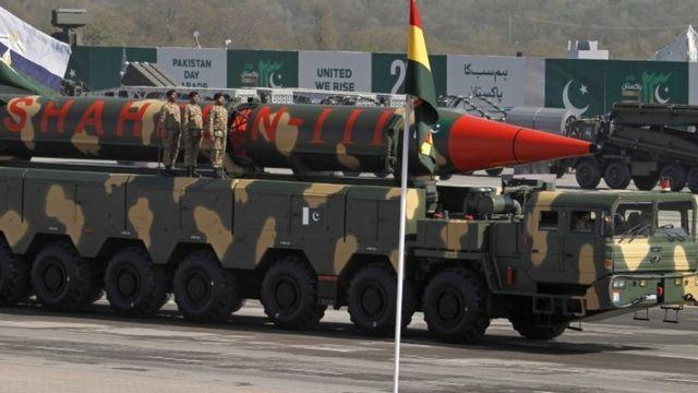 パキスタンの共和国記念パレードで披露された弾道ミサイル「シャヒーン3」(23日、イスラマバード)