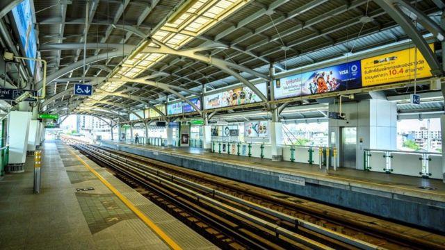 Một nhà ga xe lửa bỏ hoang được thấy ở Bangkok hôm 26/3/2020, ngày đầu tiên tình trạng khẩn cấp có hiệu lực