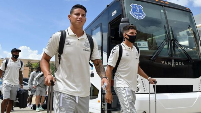 Everton players arrive in Florida