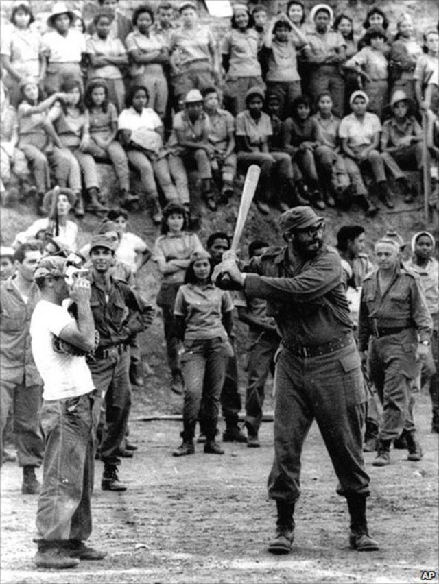Fidel Castro aimé le baseball. Fidel Castro photographié en plein jeu en 1962.