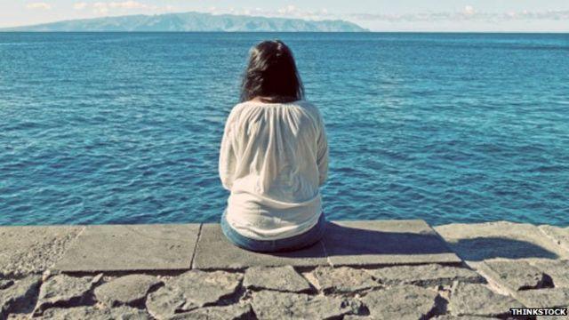 Mujer viendo el mar