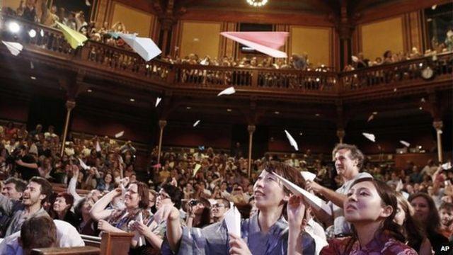 イグ・ノーベル賞の授賞式では紙飛行機を飛ばすのが慣例だ