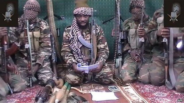 Esta escena de un video de 2013 muestra al líder de Boko Haram, Abubakar Shekau, rodeado de varios militantes armados.
