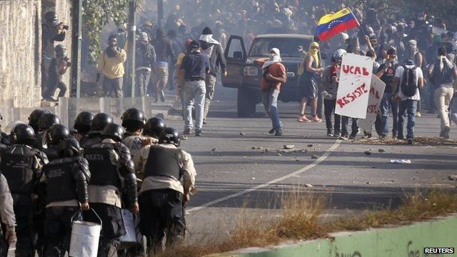 Anti-government protesters clash with riot police during a protest in Caracas, on March 20, 2014