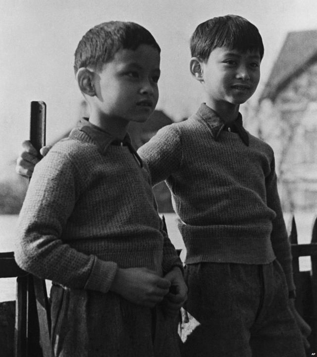 Le prince Bhumibol (gauche) à Lausanne en Suisse, mars 1935