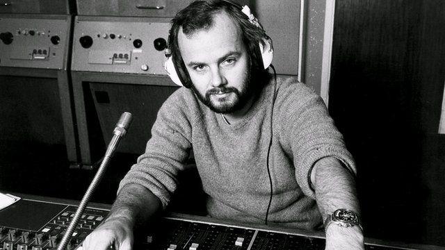 Roedd John Peel yn barod iawn i roi cyfle i fandiau Cymraeg recordio yn Radio 1
