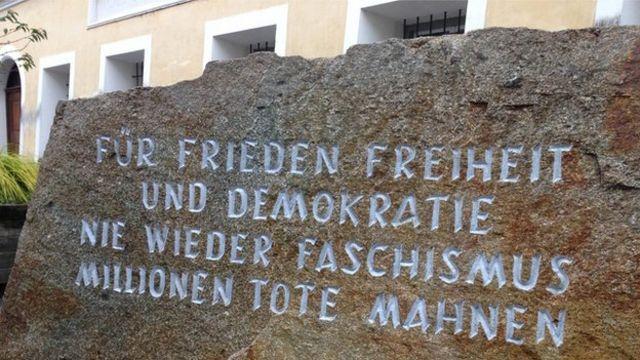 Памятный камень в Браунау