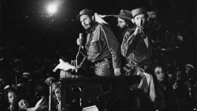 Après deux ans en prison pour tentative de coup d'état, il part en exil à Mexico. Il reviendra en 1956 pour établir son mouvement révolutionnaire. Castro prend le pouvoir le 1er de l'an 1959, après la destitution de Fulgencio Batista.